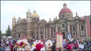 Peregrinos mexicanos cantan las Mañanitas a la Virgen de Guadalupe