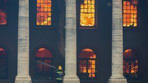 Un bombero lucha contra un incendio que destruyó la Biblioteca Jagger, en el campus de la Universidad de Ciudad del Cabo (UCT), Sudáfrica.