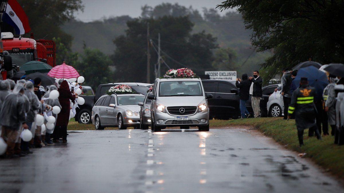 Decenas de personas, en su mayoría funcionarios de las distintas empresas de la familia, despidieron a los cinco familiares de la primera dama de Paraguay, Silvana López Moreira, fallecidos en el derrumbe del edificio en Miami.