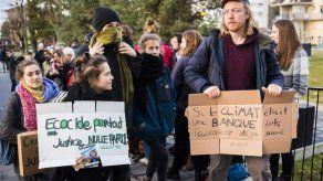 12 ambientalistas en juicio por irrumpir en banco en Suiza