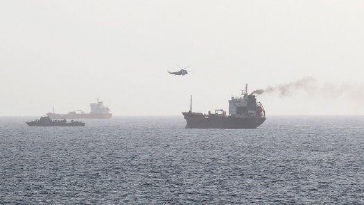 Las primeras constataciones indican claramente un ataque con dron, según el ejército, que precisa que barcos de la Marina de Estados Unidos escoltaban al petrolero, que llevaba personal estadounidense a bordo.