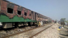 Mueren 65 personas en un incendio en un tren en Pakistán