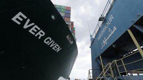 Continúan esfuerzos para desencallar al buque Ever Given en el Canal de Suez
