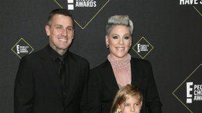 El marido de Pink defiende su decisión de enseñar a sus hijos a manejar armas de fuego