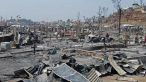 Suben a 15 los muertos en el incendio de un campamento rohinyá