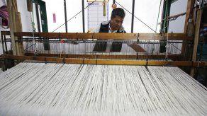 Artesanos colombianos tejen un manto para el papa Francisco