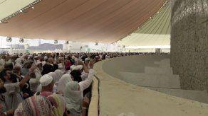 Los peregrinos lapidan simbólicamente a Satán en La Meca