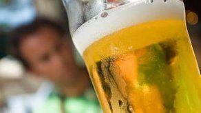 Mercado ilícito de bebidas alcohólicas crece ante restricciones por la covid