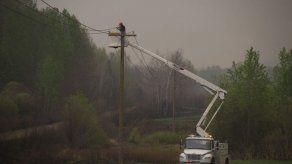 Los fuertes vientos reactivan el masivo incendio del noroeste de Canadá