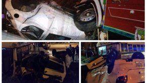 Aparatoso accidente entre diablo rojo y un auto sedán en Autopista Arraiján-La Chorrera