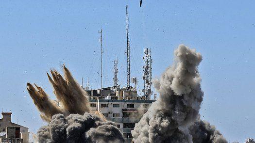 Los ataques aéreos israelíes golpearon la Franja de Gaza, matando a 10 miembros de una familia extendida y demoliendo un construcción de medios claves.