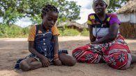 El padre de Clara, esta niña de seis años, fue asesinado en su villa en Cabo Delgado por unos hombres armados. Ella y su familia tuvieron que esconderse entre los matorrales por días.