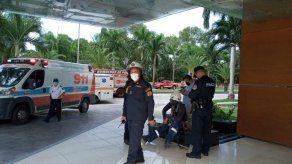 Los Bomberos de Panamá y personal del edificio actuaron rápidamente en el rescate e los trabajadores.