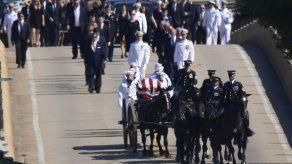 Cureña traslada el féretro de John McCain al cementerio