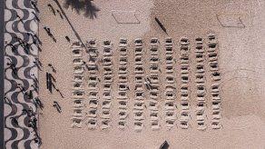 Cavan tumbas en playa de Copacabana para honrar a los muertos de Covid-19 en Brasil