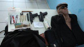 Un hombre intenta robar un banco en Brasil disfrazado con máscara de anciano
