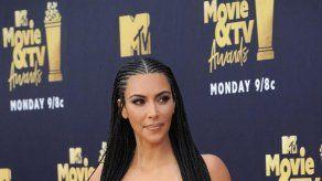 Hijo de Kim Kardashian prefiere jugar con Snapchat que darle un beso