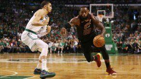 Demasiado para LeBron: Boston gana y acaricia la final de la NBA