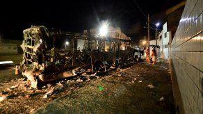 Incendian autobuses en ciudad brasileña donde trasladan a presos amotinados
