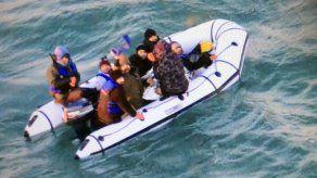 GBretaña intercepta a migrantes en el canal de la Mancha