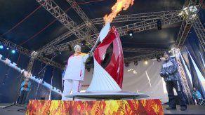 Llama olímpica rusa ilumina el monte Elbrus