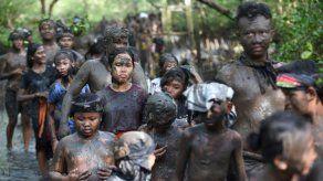 Baño de lodo tradicional en Bali para ahuyentar a los malos espíritus