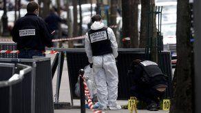Personal forense inspecciona la escena tras un tiroteo registrado en París, Francia.