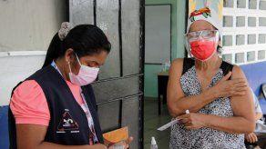 Adultos mayores de 60 años asisten a jornada de vacunación contra el COVID-19 en La Chorrera.
