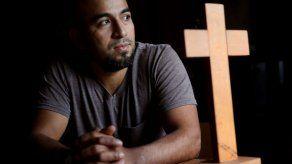 EEUU: Hondureño sale de iglesia donde se refugió desde 2017