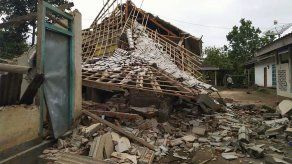 Sismo causa deslizamiento en Indonesia