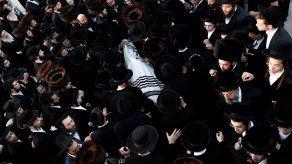 En los barrios ultraortodoxos de Jerusalén y de Bnei Brak, en la periferia de Tel Aviv, desfilaron el viernes miles de hombres con sombrero y chaqueta negros y camisa opalina, poco antes de la pausa semanal del sabbat, al celebrarse los primeros funerales.