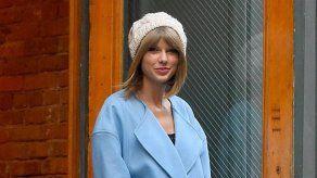 Taylor Swift sonríe mientras duerme porque sueña que es fotografiada