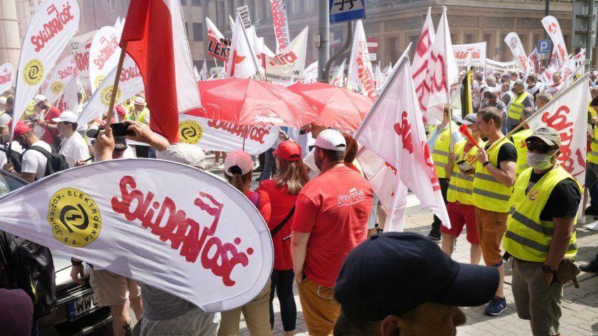 Los manifestantes además dijeron que la política amenaza la seguridad energética de Polonia y haría la nación centroeuropeo dependiente de importaciones de combustible y energía de Alemania y Rusia.