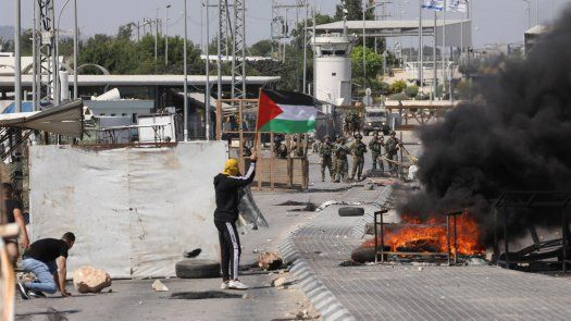Palestinos se enfrentan a tropas de Israel en Jenin.