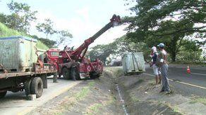 Camión cargado con 2 mil libras de camarones se volcó en Loma Campana