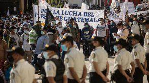 Guatemaltecos piden renuncia del presidente por mal manejo de pandemia