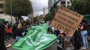 Activistas de grupos feministas de Ecuador se manifiestan a favor del aborto en Quito.
