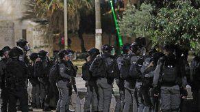Las fuerzas de seguridad israelíes se despliegan durante los enfrentamientos con manifestantes palestinos en el complejo de la mezquita de al-Aqsa en Jerusalén.