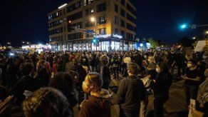 Minneapolis: Arrestan a 51 manifestantes por fianza a agente