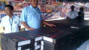 Entregan 240 computadoras a residentes de Irving Saladino en Colón