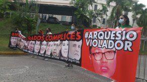 Los manifestantes se presentaron con esta pancarta frente a la Corte.