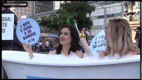 Jóvenes se bañan juntas en el centro de Rio a favor del veganismo