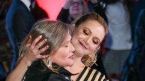 Billie Lourd celebra el triunfo de su madre Carrie Fisher en los Grammy