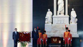 El presidente de China visita la tumba de Hugo Chávez