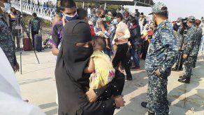 Bangladesh empieza a trasladar a refugiados rohinya a isla