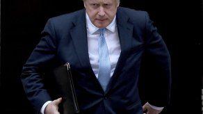 Johnson llama cobardes a sus rivales por bloquear elecciones