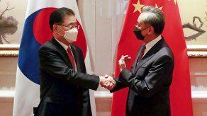 Surcorea y China intentan diálogo para mejorar relaciones