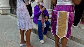 Jubilados cubanos reciben mayores pensiones con temor por alzas de electricidad