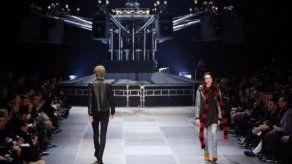 El modisto Yves Saint-Laurent desata un duelo cinematográfico