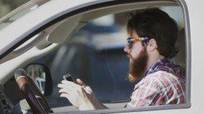 La gente conoce el peligro de escribir al volante